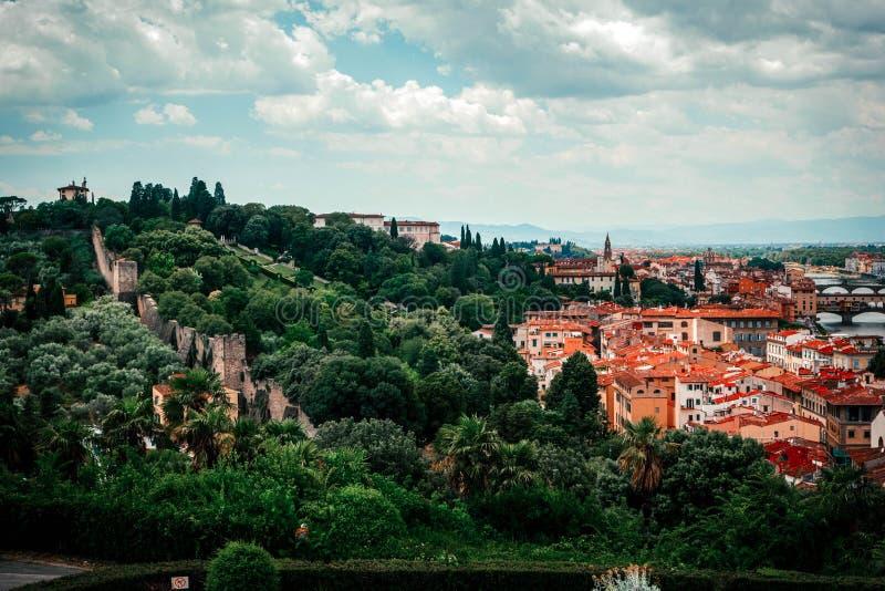 Härlig panoramautsikt Florence Firenze, italienska renässanskyrkor blå sommar för sky för fältgreenlandskap Solig dag blå himmel  royaltyfri fotografi