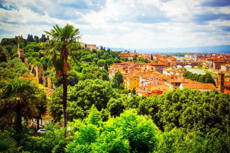 Härlig panoramautsikt Florence Firenze, italienska renässanskyrkor blå sommar för sky för fältgreenlandskap Solig dag blå himmel  royaltyfri foto