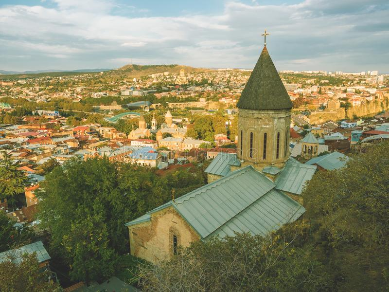 Härlig panoramautsikt från berget till den gamla staden Tbilisi i höst på solnedgången georgia royaltyfri foto