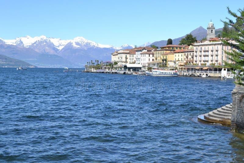 Härlig panoramautsikt till de Bellagio lakefront- och passangerskeppen arkivbilder