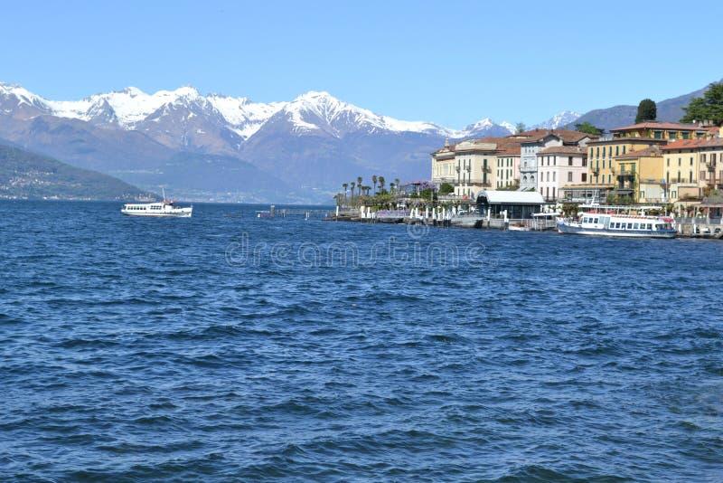 Härlig panoramautsikt till de Bellagio lakefront- och passangerskeppen arkivfoto