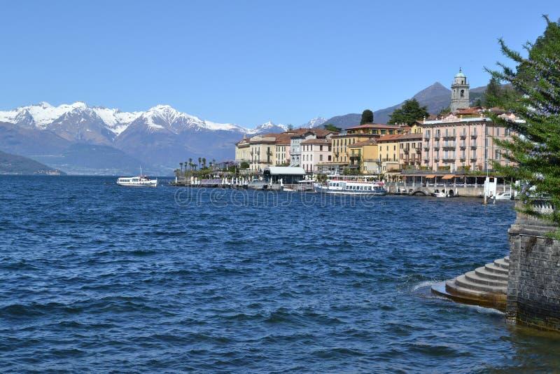 Härlig panoramautsikt till de Bellagio lakefront- och passangerskeppen fotografering för bildbyråer