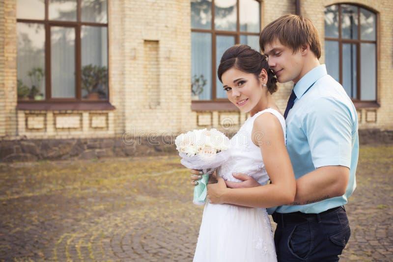 härlig parförälskelse bröllop för tappning för klädpardag lyckligt bröllop för klänningfragmentbeställning Tiffany bl royaltyfri foto