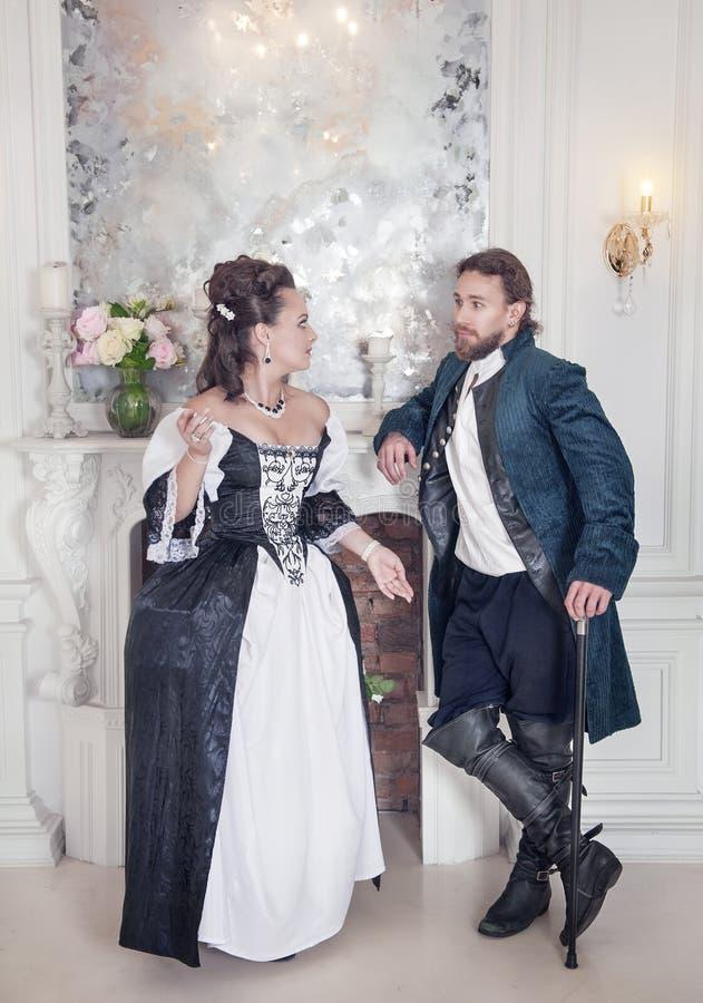 Härlig parkvinna och man i medeltida kläder royaltyfri foto