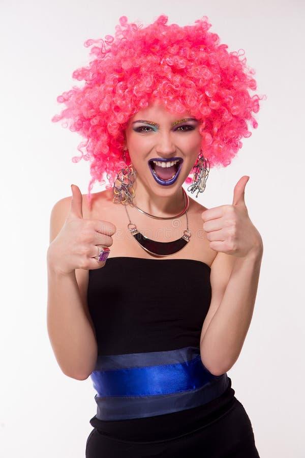 Härlig partiflicka i rosa peruk royaltyfri fotografi