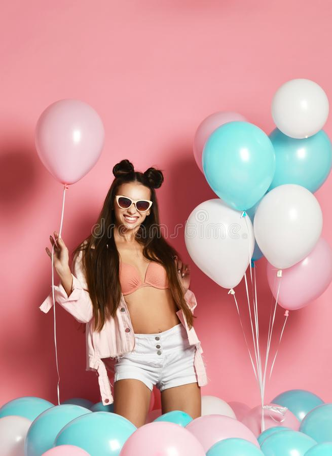 Härlig Party för modemodell flicka med färgrika ballonger som poserar på studion som isoleras på rosa färger arkivfoto
