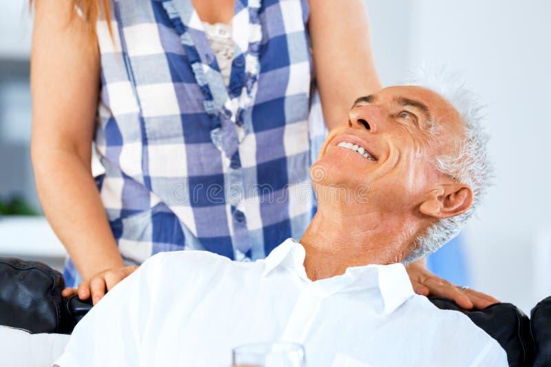 Härlig pensionär som älskar par arkivbilder