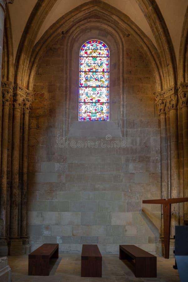 Härlig plats av den lilla abbotskloster med träbänk- och mosaikfönstret i den Lausanne domkyrkan för backgroun fotografering för bildbyråer