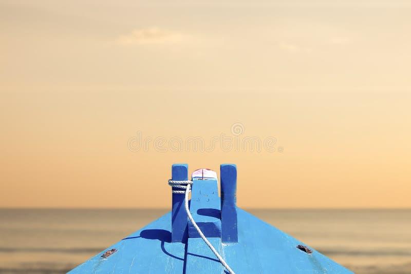 Härlig plats, fartyg i den tropiska havssolnedgången i aftontiden arkivbild