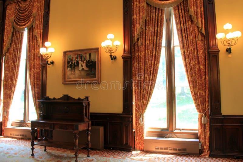 Härlig plats med skurkrollförhängear och möblemang, balsal av den Canfield kasinot, Saratoga Springs, NY, 2016 royaltyfria bilder