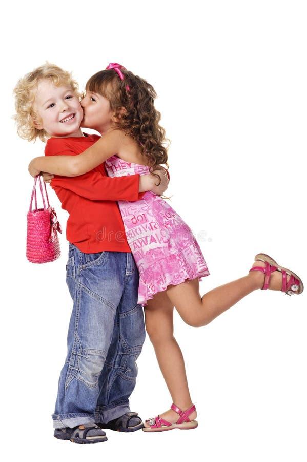 härlig pojkeflicka som kysser little arkivbild