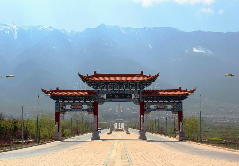 Härlig port till tre pagoder i Dali, Yunnan, Kina arkivfoton