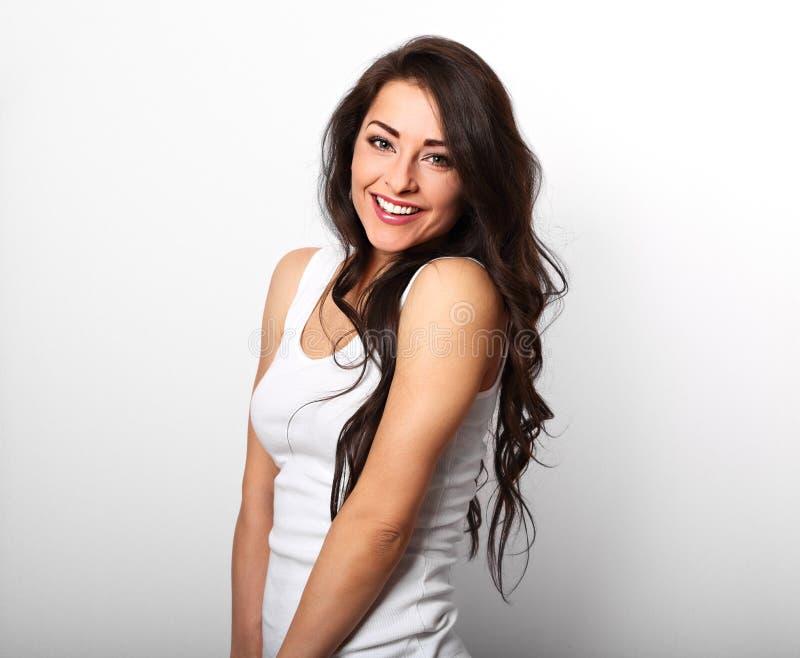 Härlig positiv lycklig skratta kvinna i den vita skjortan med tut arkivfoton