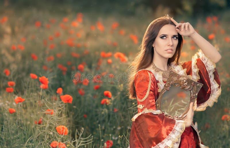 Härlig prinsessa Holding Mirror i blom- landskap för sommar royaltyfri foto