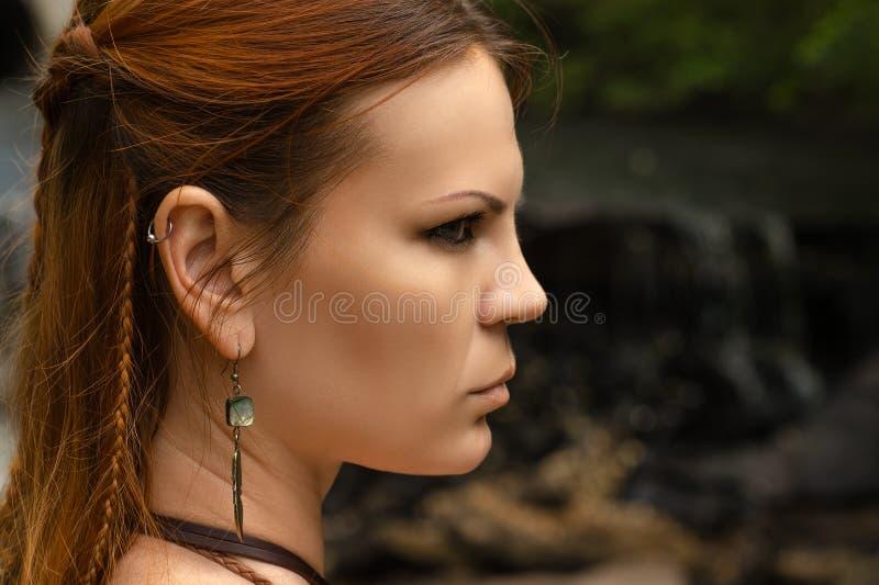 Härlig profilframsidakvinna med flätad trådhår royaltyfri fotografi