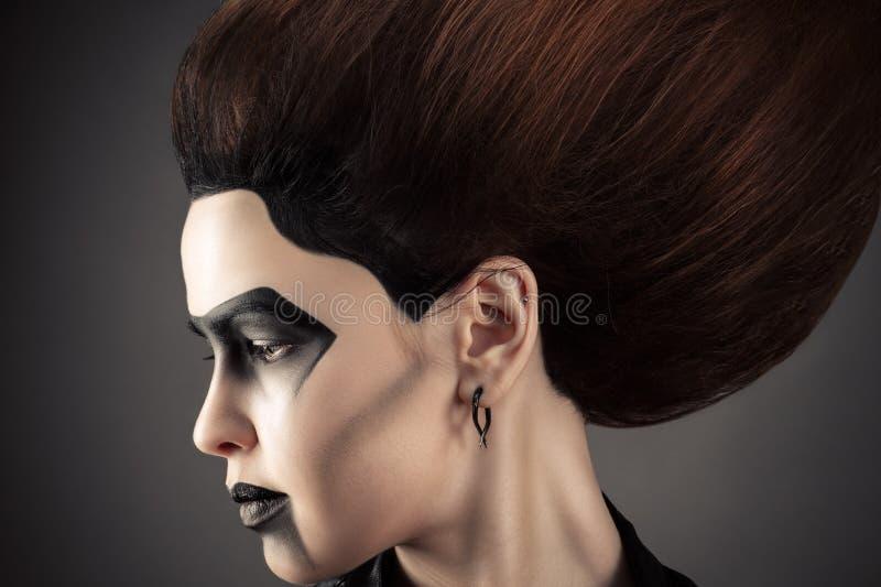 Härlig profilframsidakvinna med mörk modemakeup royaltyfri fotografi