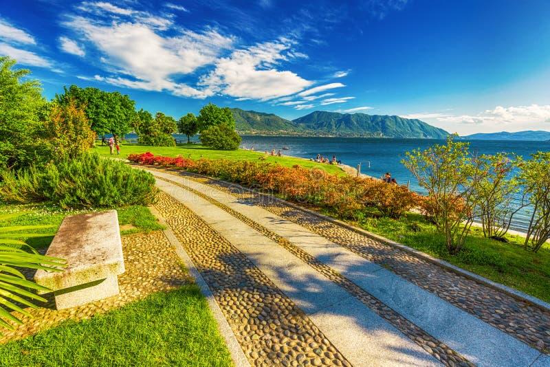 Härlig promenad längs Lago Maggiore sjön nära Locarno, Schweiz royaltyfri bild