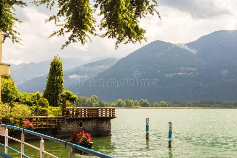 Härlig promenad med en bergsikt på en molnig dag på sjön Iseo i staden av Lovere, Italien royaltyfri fotografi