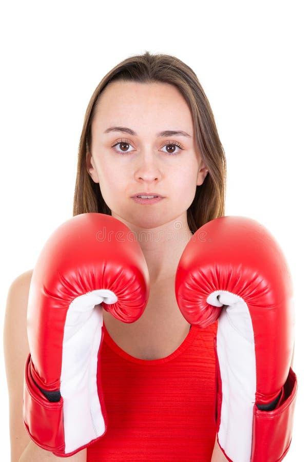 Härlig punchy kvinna med två röda boxas handskar som isoleras på vit royaltyfri foto