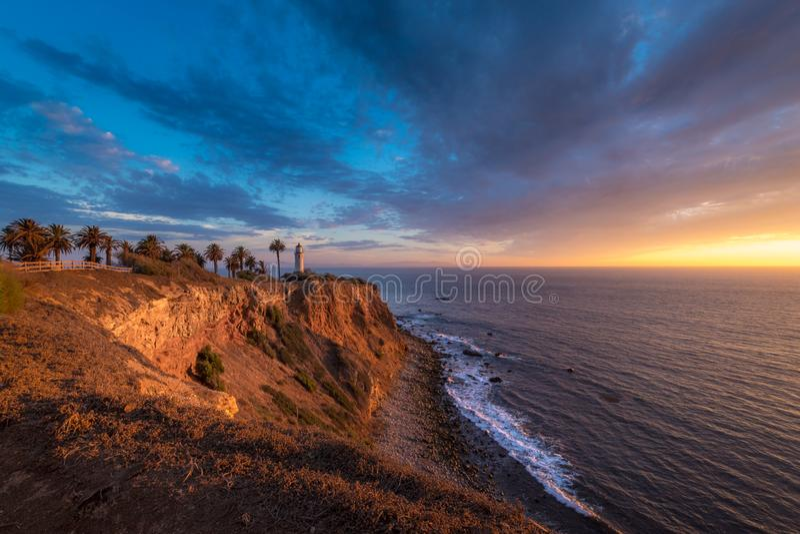 Härlig punkt Vicente Lighthouse på solnedgången royaltyfria bilder