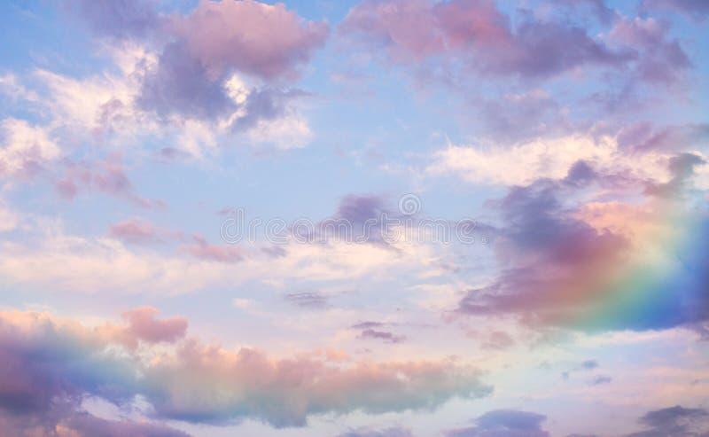Härlig purpurfärgad himmel och regnbåge royaltyfria bilder