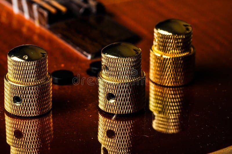 Härlig röd gitarr och dess delar t?t gitarr f?r bakgrund som isoleras upp white Gitarrrader royaltyfri bild