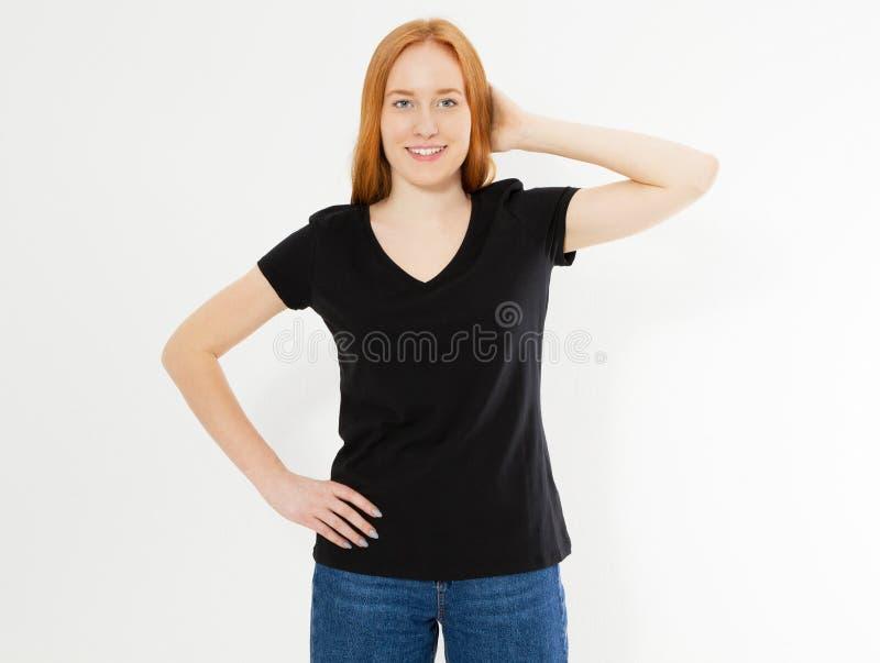 Härlig röd hårflicka i en svart t-skjorta på vit R?d huvudkvinna f?r n?tt leende i tshirt?tl?je upp mellanrum royaltyfri foto