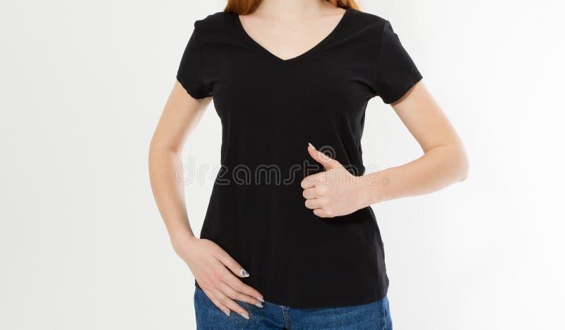 Härlig röd hårflickashow som tecken på en svart t-skjorta R?d huvudkvinna f?r n?tt leende i tshirt?tl?je upp, tomt arkivbild
