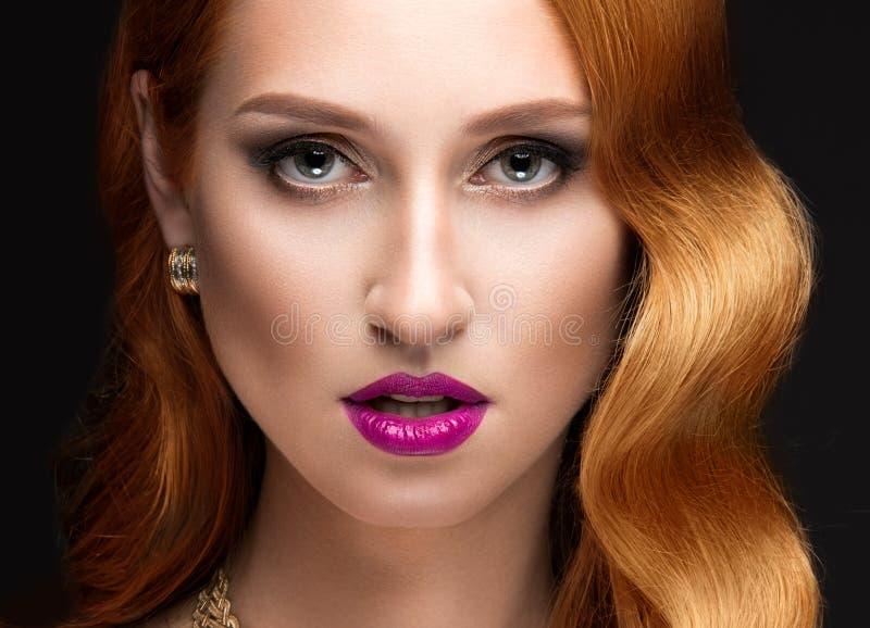 Härlig röd hårkvinna med aftonsmink fotografering för bildbyråer