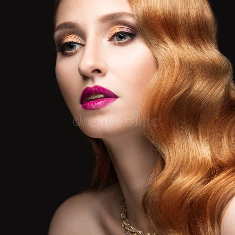 Härlig röd hårkvinna med aftonsmink arkivbild