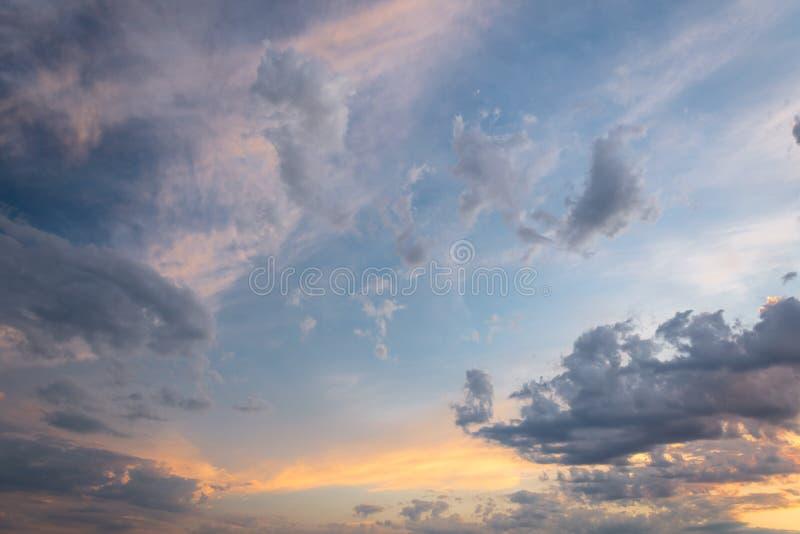 Härlig röd himmel och moln i solnedgången, färgrik aftonnatur royaltyfri fotografi
