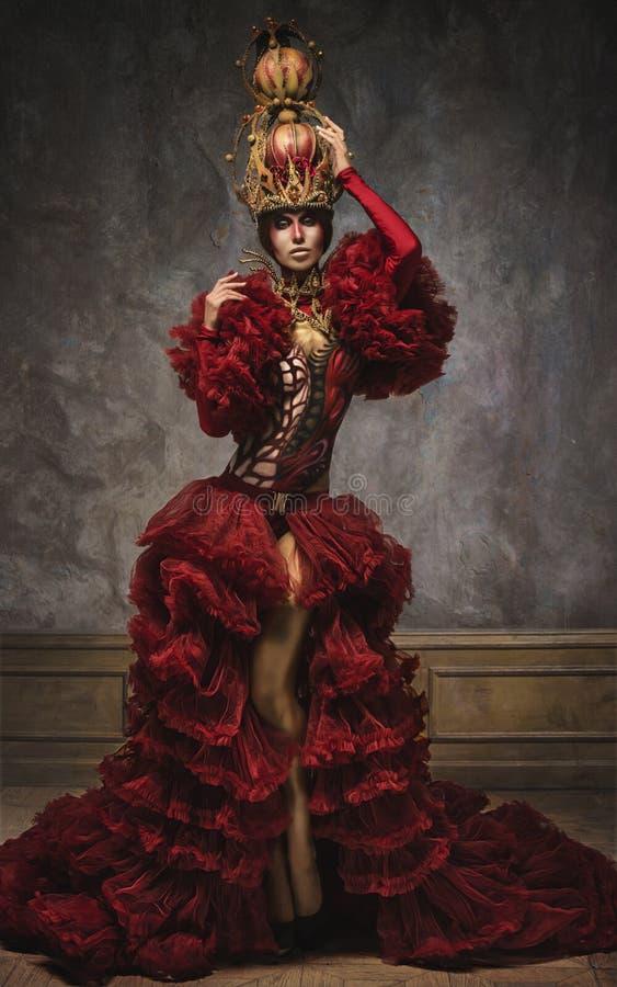 Härlig röd kvinna för schackdrottningbild royaltyfri fotografi