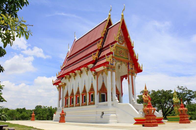 Härlig röd och vit buddistisk tempel på Buang Sam Phan, Phetchabun, Thailand arkivfoton