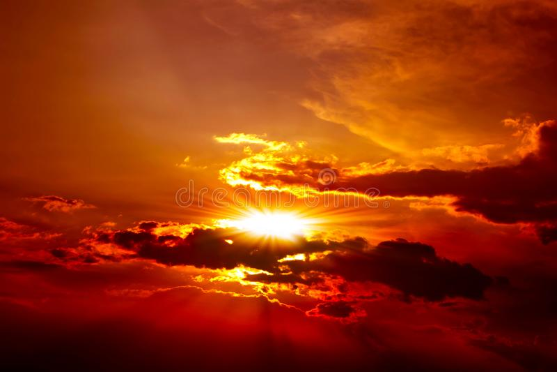 Härlig röd solnedgång ovanför molnen med strålar av ljus royaltyfria bilder