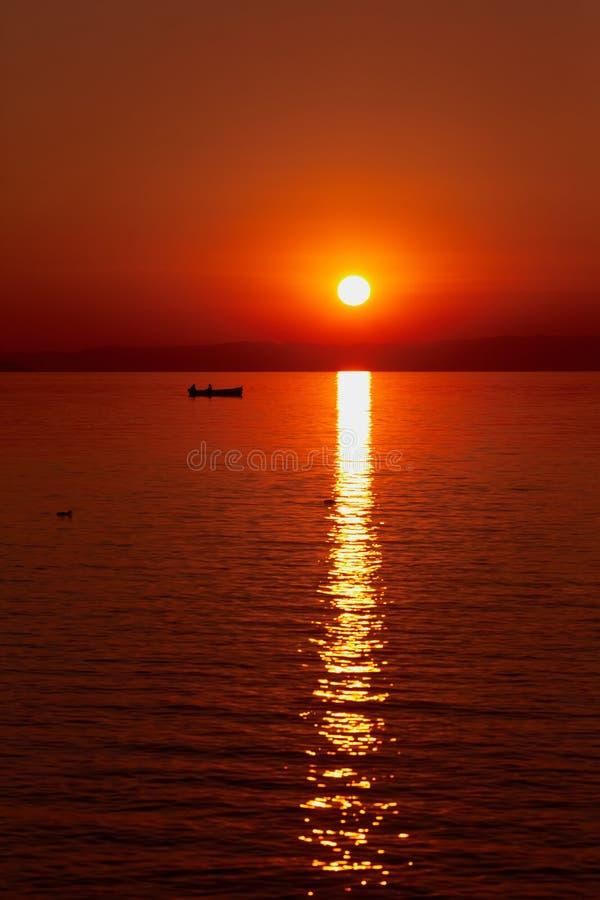 Härlig röd solnedgång på havet Stor röd sol över havet Silho royaltyfria bilder