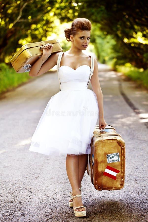 Härlig rödhårig manbrud med resväskor royaltyfria bilder
