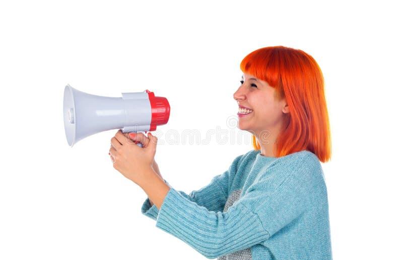 Härlig rödhårig mankvinna med en megafon arkivfoto