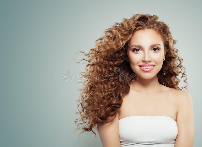 Härlig rödhårig mankvinna med långt sunt blåsa lockigt hår, klar hud royaltyfri foto