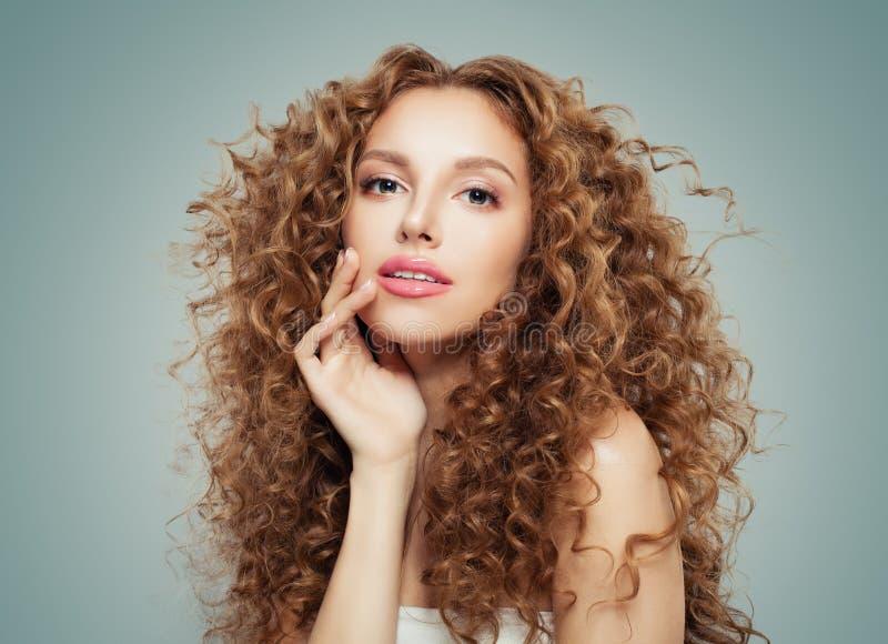 Härlig rödhårig mankvinna med långt sunt krabbt hår och perfekt hud på grå bakgrund fotografering för bildbyråer