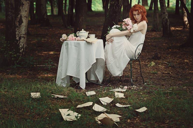 Härlig rödhårig mankvinna som är borttappad i hennes tankar arkivbilder