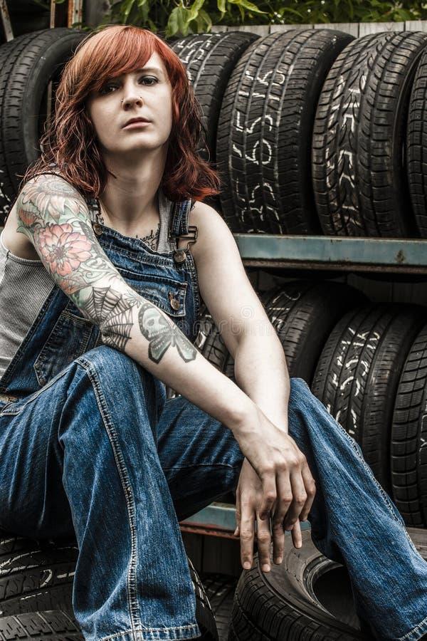 Härlig rödhårig manmekaniker med tatueringar royaltyfri fotografi
