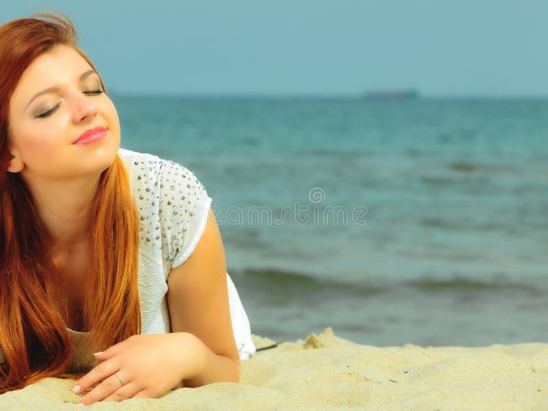 Härlig redhaired flicka på stranden, stående arkivbilder