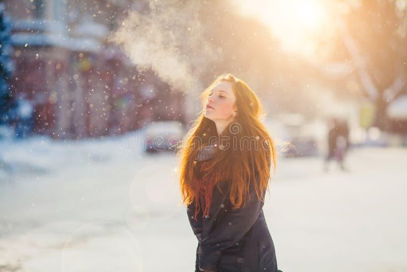 Härlig redhairflicka för stående i frostigt vinterväder arkivbilder