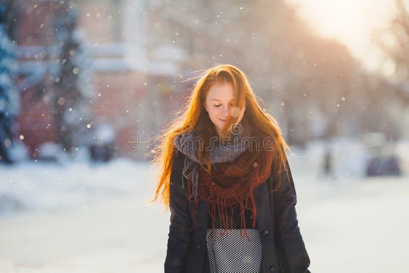 Härlig redhairflicka för stående i frostigt vinterväder fotografering för bildbyråer