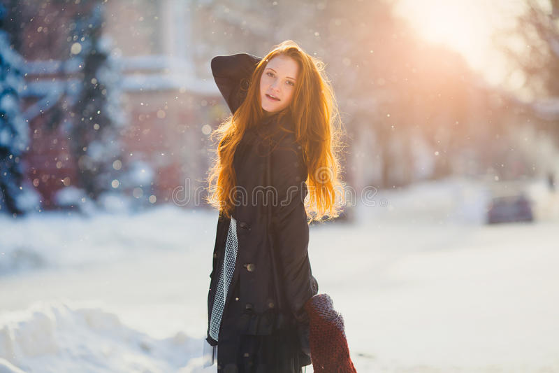 Härlig redhairflicka för stående i frostigt vinterväder arkivfoto