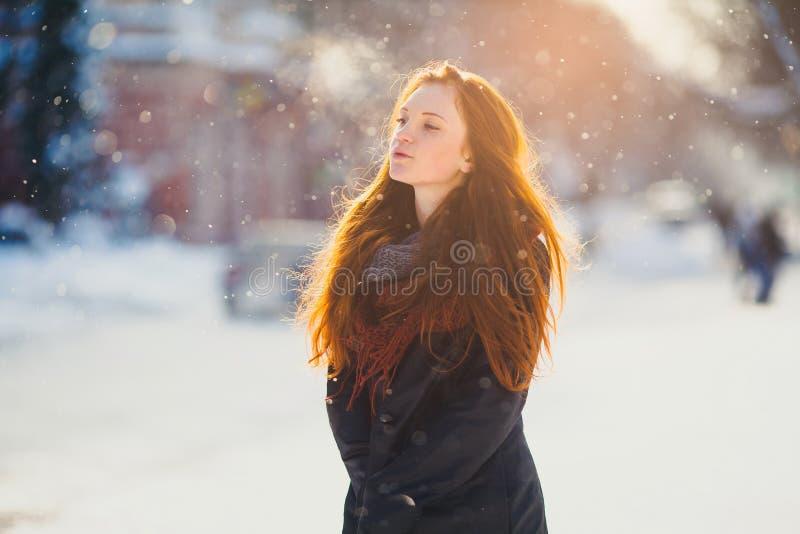 Härlig redhairflicka för stående i frostigt vinterväder royaltyfria foton
