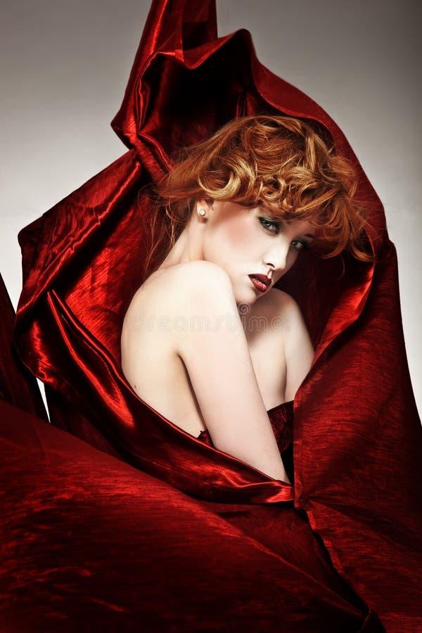 härlig redheadkvinna royaltyfri fotografi