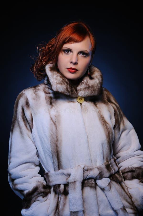 härlig redheadkvinna royaltyfri bild