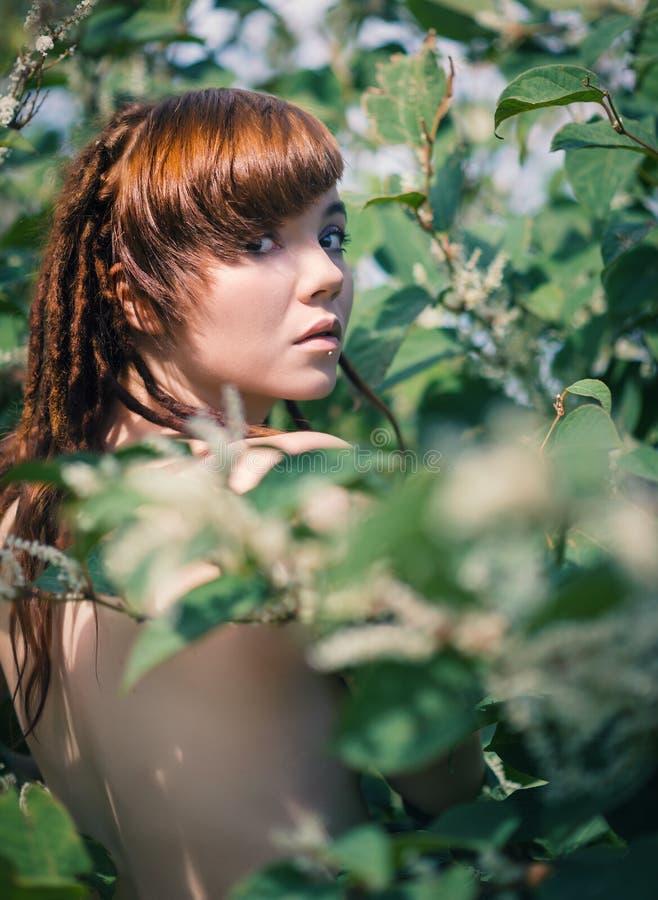 härlig redheadkvinna arkivbild