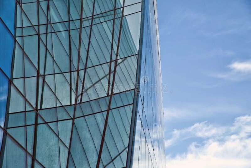 Härlig reflexion i modern glasvägg Byggnadsexponeringsglas arkivbild